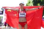 高清:女子20公里竞走杨家玉夺冠 身披国旗庆祝