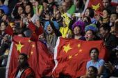 高清图:男乒决赛中国球迷众多 举国旗呐喊助威