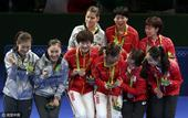 高清图:女团颁奖中国展示金牌 丁李刘笑靥如花