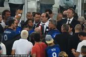 高清图:奥朗德与球迷握手寒暄 庆高卢雄鸡晋级