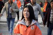 高清图:鲁能远征军助威球队 美女球迷抿嘴卖萌