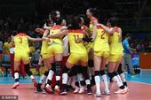 高清图:登顶冠军!中国女排夺冠拥抱痛哭庆祝