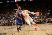 高清:中国男篮战美国 周琦对位格林与考神跳球