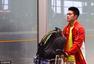 组图:举重队载誉回国人气高 龙清泉机场忙签名
