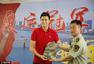 高清图:孙杨对话武警官兵 秀签名合影微笑互动