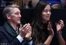 组图:小猪伊万观战ATP总决赛 贴面私语秀甜蜜