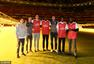 高清:NBA英国赛掘金到访阿森纳 默特萨克迎接