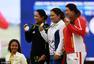 高清图:女高球冯珊珊遭逆转获铜 举牌开心微笑