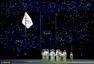 高清图:里约奥运闭幕式升旗 旗帜飘扬全员肃立