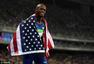 高清图:男子跳远美国选手夺冠 高举国旗做鬼脸