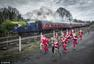 图:比蒸汽机车还快?英国小镇举行圣诞老人跑