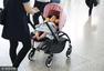 张子萱带女儿首现机场 一路护娃见镜头忙遮挡