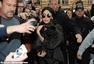 Lady Gaga黑衣抱爱犬上街 获粉丝围堵合影签名