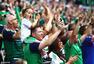 高清图:球迷起立鼓掌哀悼坠亡球迷 用胜利疗伤