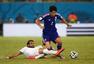 高清图:日本平希腊 本田勇猛对手队长飞铲染红