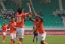 高清图:卓尔3-0黄海 约翰逊破门拥抱队友庆祝