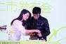 幸福人妻高圆圆亮相杭州 与男粉丝联手做酸奶