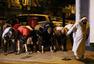 伦敦货车冲撞行人现场 穆斯林路边祷告