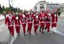 高清图:世界各地圣诞老人齐聚雅典 参加慈善跑