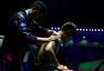 高清图:张继科旧伤复发治疗 肩部纹身再次抢镜