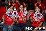 高清图:韩国生死战上千红魔聚集 炸鸡+美女热舞
