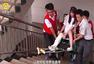 江西美女高考前遇车祸骨折 被抬进考场
