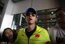 高清图:科龙现身机场 受迷妹热情追捧寸步难行