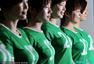 世界杯奇葩事件:豪乳妹输内衣 美女下跪求回家