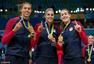 高清图:美国女篮强势摘金 颁奖台咬金大摆造型