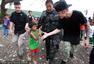 比伯关怀台风灾民挽形象 与孩童交流吓坏小朋友