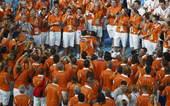 8月24日,北京奥运会的闭幕式。两名荷兰运动员在众多人的祝福下,决定结婚。