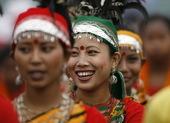 12月16日,孟加拉国在首都达卡举行胜利日游行,小学生和身穿民族服饰的女子的成为仪式上亮点。