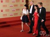 上海电影节闭幕式,《射日》剧组走红毯。