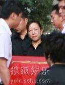罗京追悼会现场,罗疏桐怀抱父亲遗像,罗京妻子刘继红眼含热泪送别丈夫。前方报道组/图文