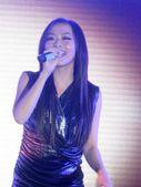 搜狐娱乐讯 12月23日,张靓颖、李健做为表演嘉宾参加了品牌的发布会。会场上,张靓颖一身银色贴身短裙...