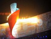 """8月8日晚的北京开幕式上,""""体操王子""""李宁点亮主火炬,鸟巢呈现空前盛况。新华社记者 郭大岳/摄"""