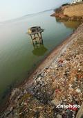 08年12月14日,安徽巢湖市中庙巢湖岸边的垃圾满地。安徽巢湖是中国五大淡水湖之一,是皖中旅游胜地。...
