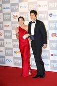搜狐娱乐讯 在釜山电影节的红地毯上,一众韩国女星统统性感上阵,可是无论是Deep V还是高开叉,都难...