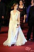 伊莎贝尔-于佩尔白色深V礼服亮相,红毯秀身材。