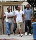 2010年7月8日,美国洛杉矶,阿什利-科尔与赖特-菲利普斯等朋友外出就餐。