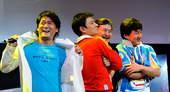 8月22日,成龙、刘欢、刘德华和周华健共同演唱的歌曲《难说再见》将作为北京奥运跟世界话离别的标志性符号。新华社/摄