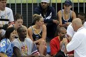 8月13日,美国篮球明星科比、布泽尔、安东尼现身水立方,为美国游泳队加油助威。