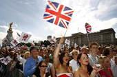 8月24日,在英国的白金汉宫前,上万的英国人在庆祝圣火交接,期待2012年伦敦奥运会。