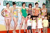 无线艺人刘俐(蓝莓)和孙慧雪(阿雪)出席某泳衣秀,两女只穿一件头泳衣登场,与比基尼模特儿一比相形见黜...