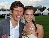 2010年7月14日,穆勒携妻子丽萨在亚琛亮相,靓丽娇妻陪伴,金靴奖得主开怀大笑。