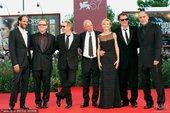 2010年9月12日讯,第67届威尼斯电影节,当地时间9月11日,威尼斯电影节闭幕。评审团成员集体亮...