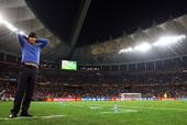 蓝色的小毛衣,成了勒夫的幸运符。本届世界杯他首次展现(不是穿着)这件小毛衣,是6月27日在布隆方丹,...