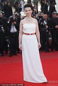 2010年5月23日讯,法国,第63届戛纳电影节当地时间5月23日闭幕。朱丽叶-比诺什白裙清新优雅。