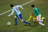 北京时间6月28日凌晨2点30分,2010南非世界杯第4场1/8决赛开战。在约翰内斯堡的足球城体育...