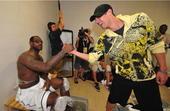 """8月18日晚,菲尔普斯""""夜探""""梦八大营。在休息室中,菲尔普斯问候了詹姆斯、科比等这些NBA大腕。"""